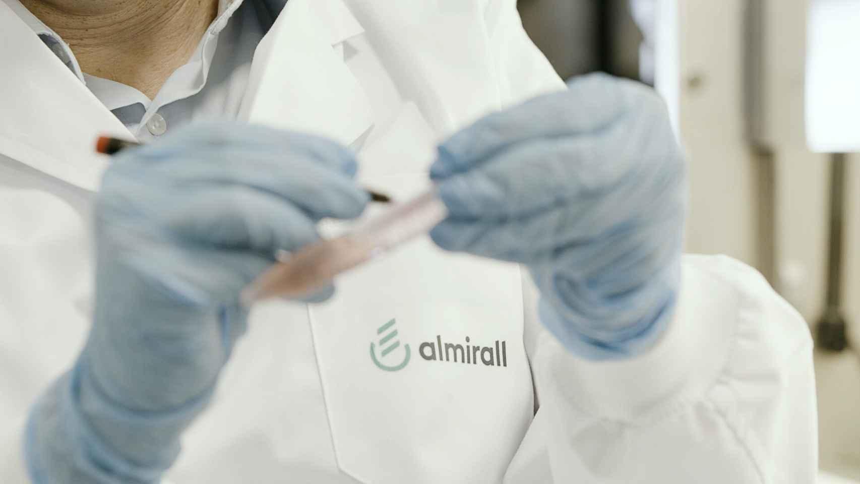 Un empleado de Almirall en sus instalaciones de investigación.