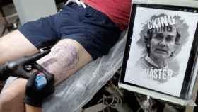Un estudio valenciano realiza el primer tatuaje de Fernando Simón