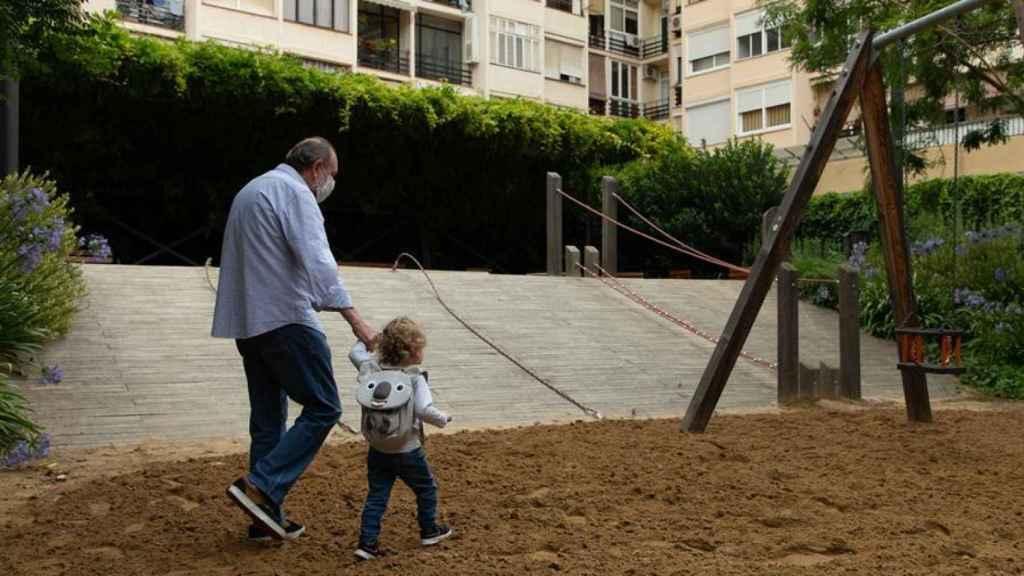 Una niña y su abuelo vuelven al parque.