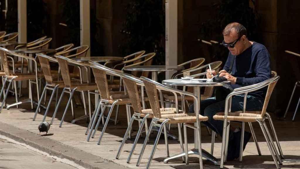 Un hombre en una terraza.