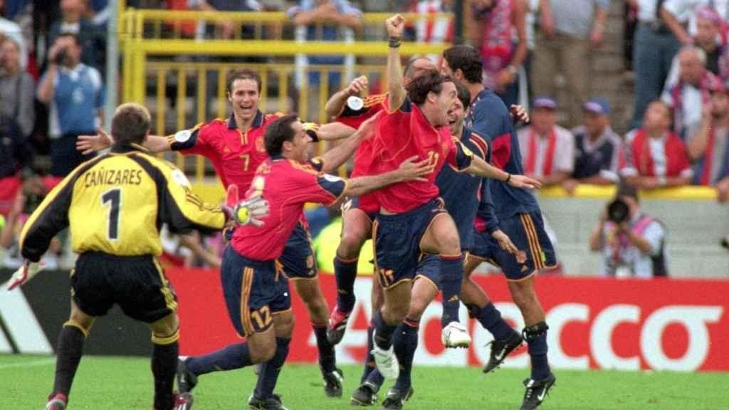 Los jugadores de España celebran el gol de Alfonso en el Jan Breydel
