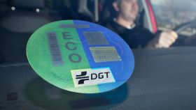La etiqueta ECO de la DGT se concede a los híbridos, microhíbridos y coches de gas.