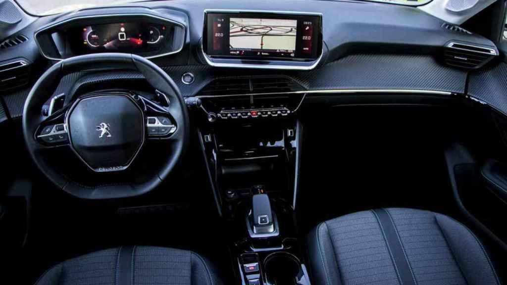 El interior es innovador con un volante bajo y el cuadro situado en una posición superior.