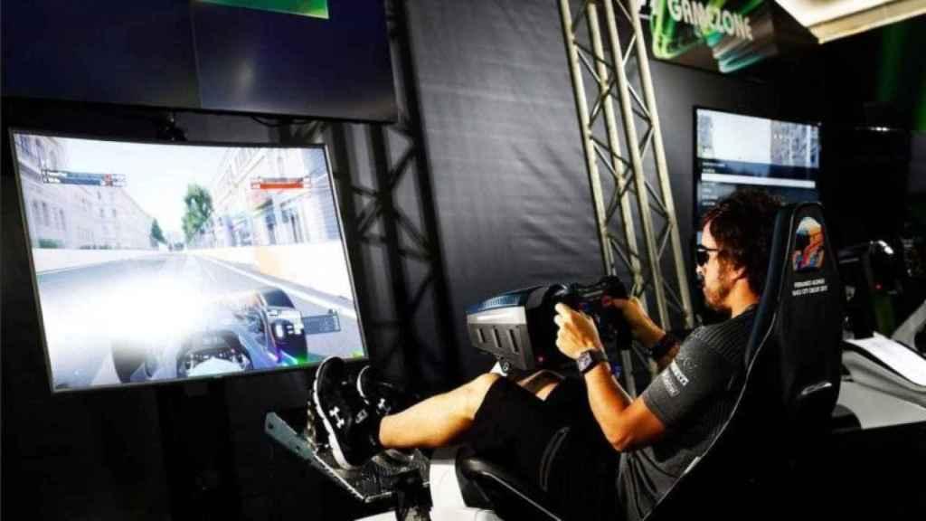 Fernando Alonso a los mandos de un simulador