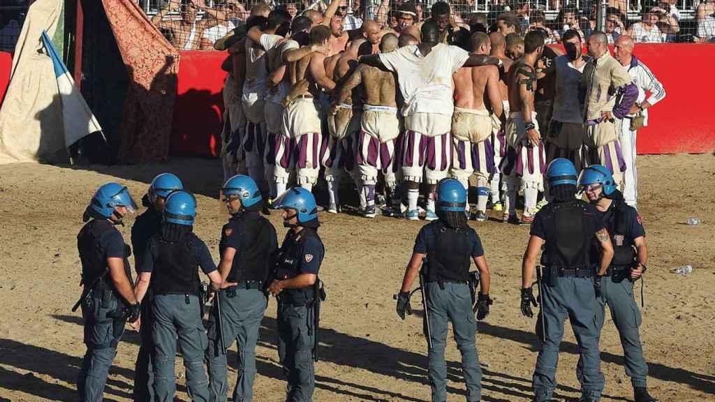 Imagen de un partido del Calcio Storico Fiorentino con la policía en el terreno de juego