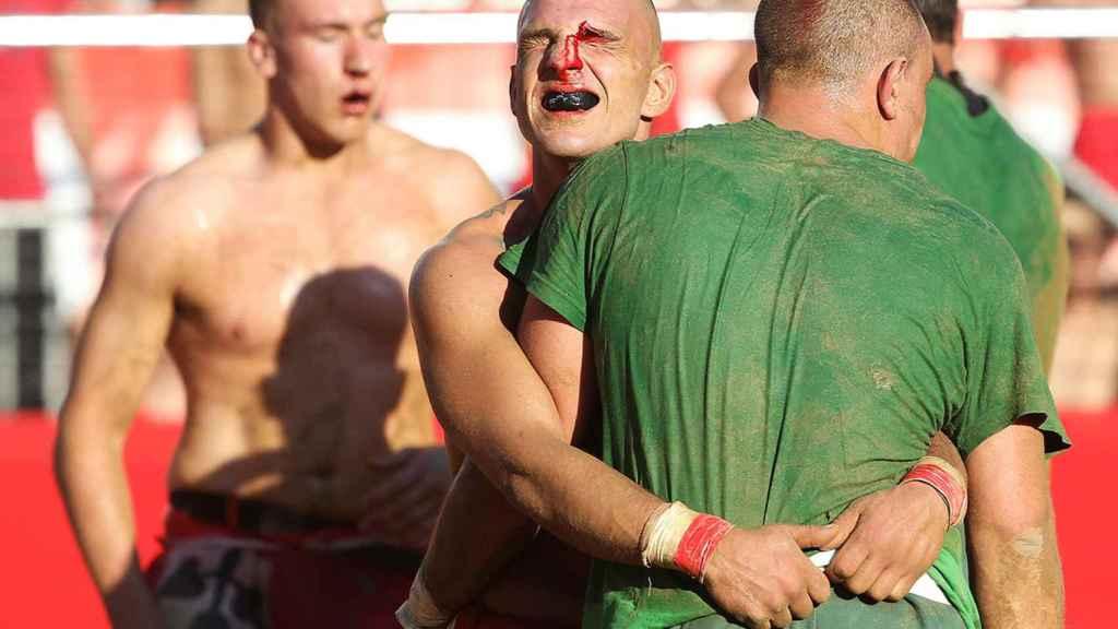 Jugador durante una edición del Calcio Storico Fiorentino con la cara destrozada