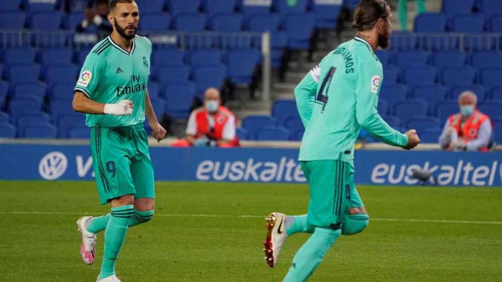 Sergio Ramos y Benzema celebran el gol del sevillano ante la Real Sociedad