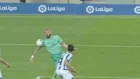 Benzema toca el balón con el hombro