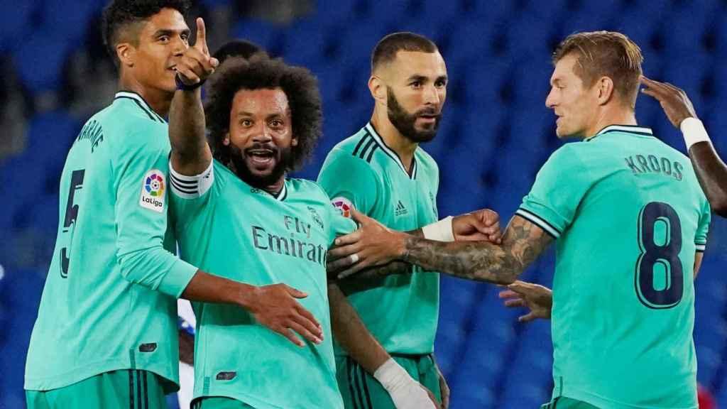 Los jugadores del Real Madrid celebran la decisión del VAR de conceder el gol de Benzema