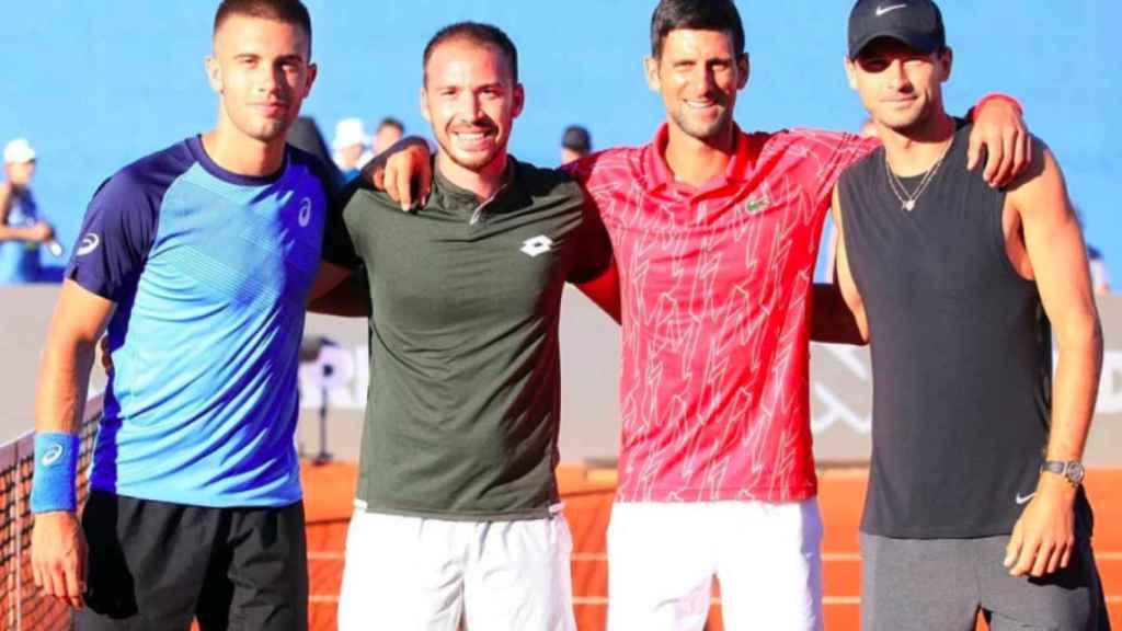 Djokovic y otros tenistas junto a Dimitrov, a la derecha