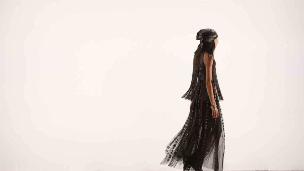 Una modelo luciendo una creación de Dior en la última pasarela de la Fashion Week 2020 en París.