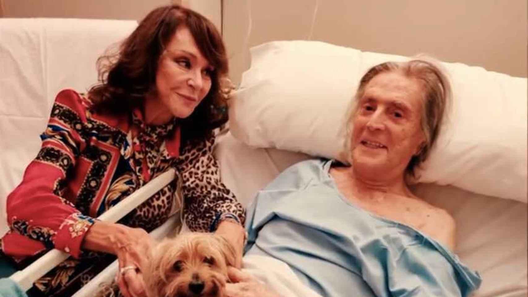 María Ángeles Grajal junto a Jaime Ostos en el hospital.