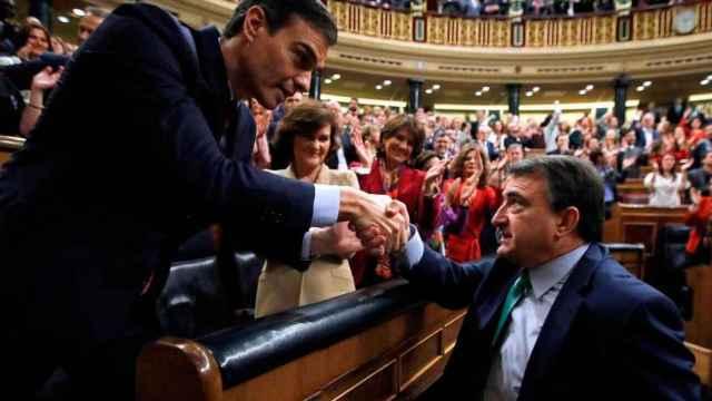 Aitor esteban (PNV) felicita a Pedro Sánchez tras su investidura, en el Congreso.