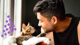 Un hombre jugando con un gato.