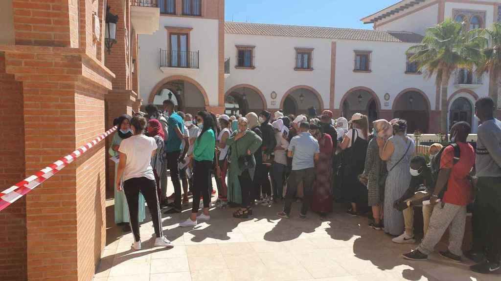 La fila de temporeros inmigrantes solicitando el padrón en Palos.
