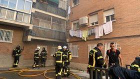 Los bomberos trabajan en el incendio en el barrio madrileño de San Blas.