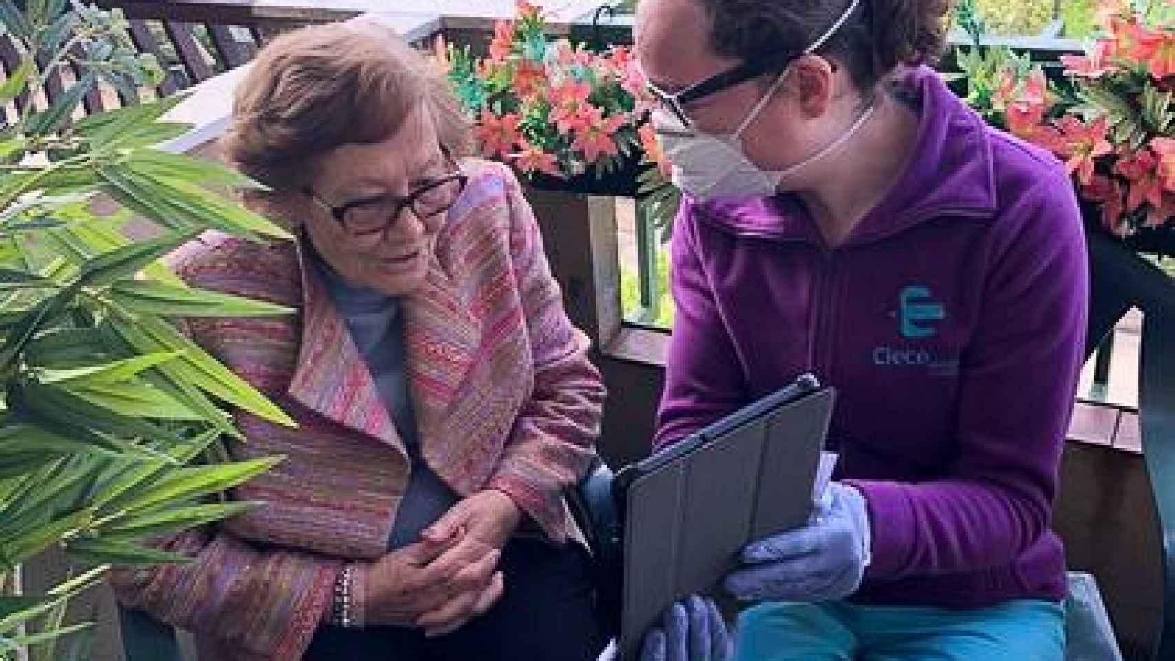 Clece, filial de ACS, ha distribuido 320 tablets en residencias de mayores para facilitar las videollamadas con los familiares.