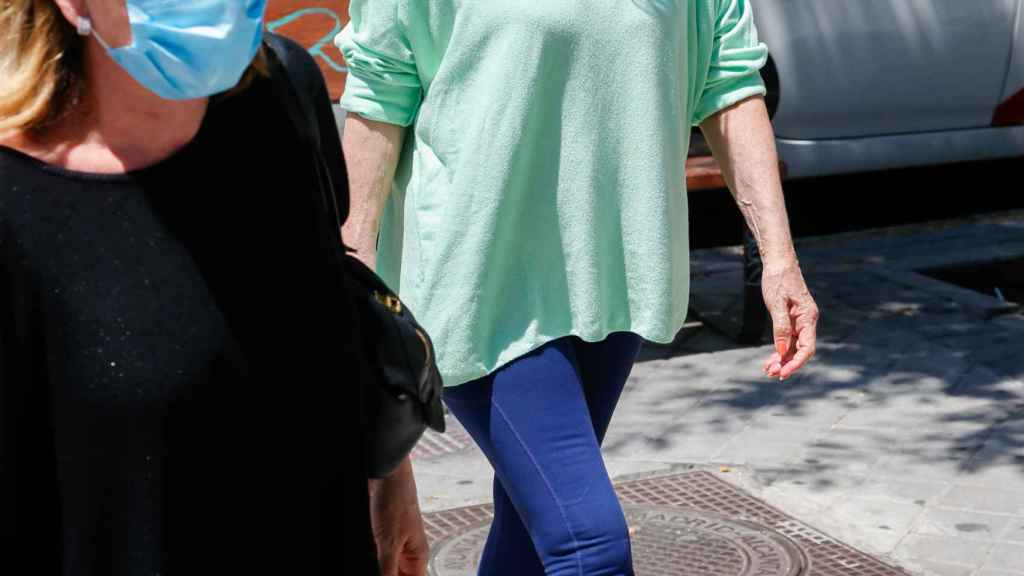 Mila Ximénez junto a su hermana Concha entrando en el centro médico.