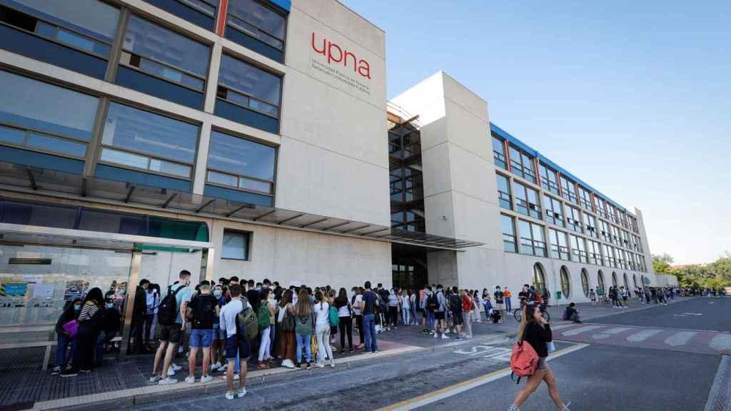 Estudiantes de Navarra se preparan en Pamplona para comenzar este martes las pruebas de acceso a la Universidad.