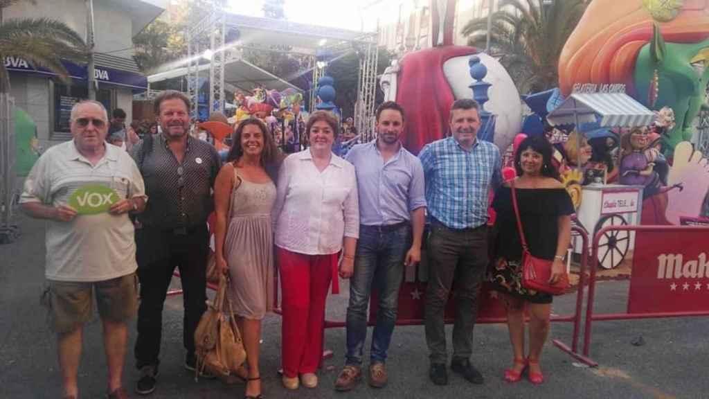 Cristina Gómez, tercera por la izquierda, y Santiago Abascal, tercero por la derecha; en 2017.