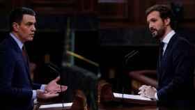El presidente del Gobierno, Pedro Sánchez, y el líder del PP, Pablo Casado, en el Congreso.