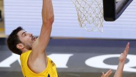 Canasta de Ante Tomic durante el Retabet Bilbao Basket - Barcelona de la ACB