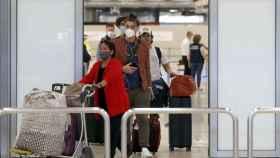 Pasajeros llegan al aeropuerto de Barajas de Madrid.