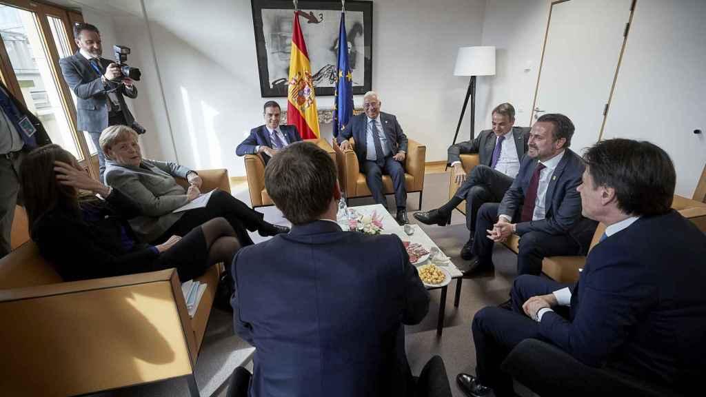 Pedro Sánchez conversa con Angela Merkel y otros líderes europeos durante la última cumbre presencial de febrero