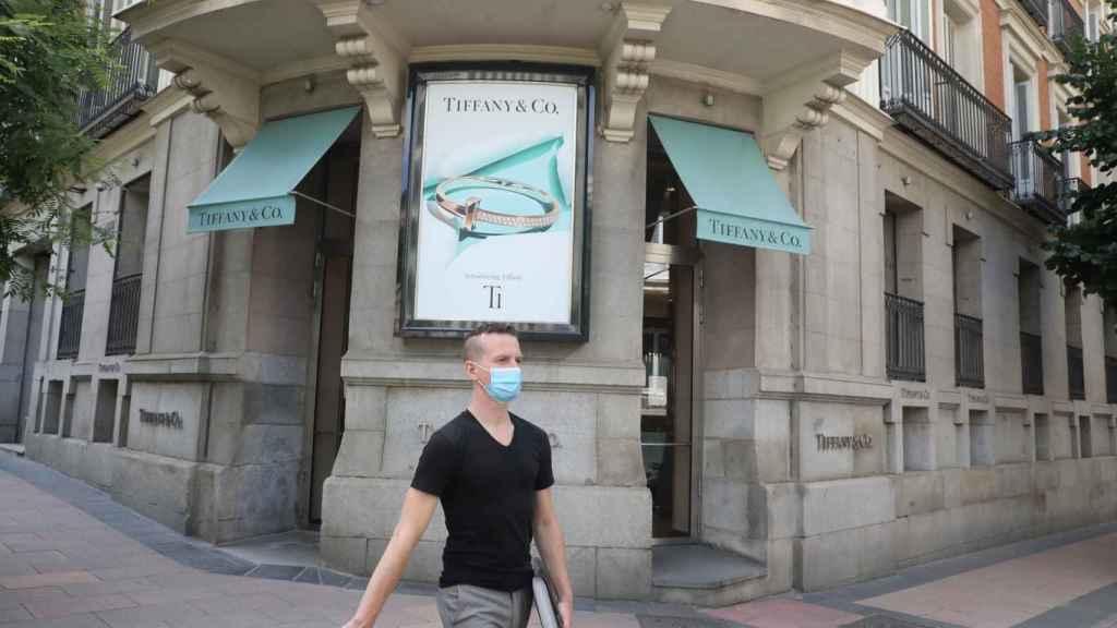 Un hombre pasa junto a la entrada de una tienda Tiffany.