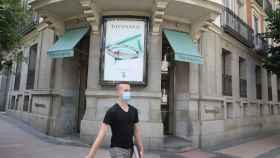 Un hombre pasa junto a la entrada de la tienda Tiffany de la calle José Ortega y Gasset, 10 de Madrid.