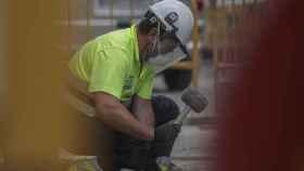 Un obrero trabaja en una obra.