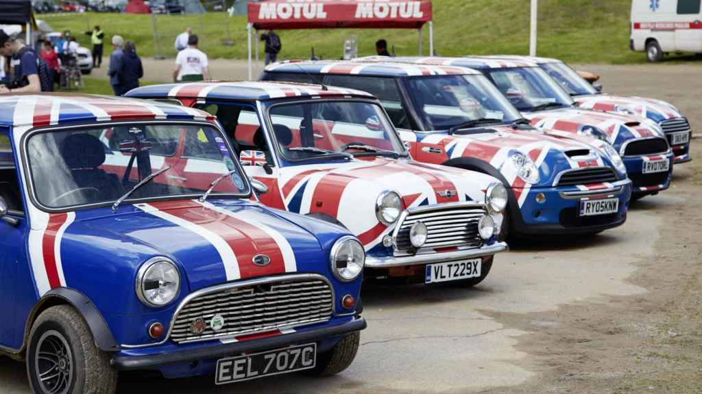 Coches Mini decorados con la bandera británica.