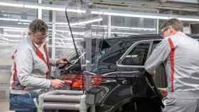 Dos trabajadores en una planta de fabricación de automóviles.