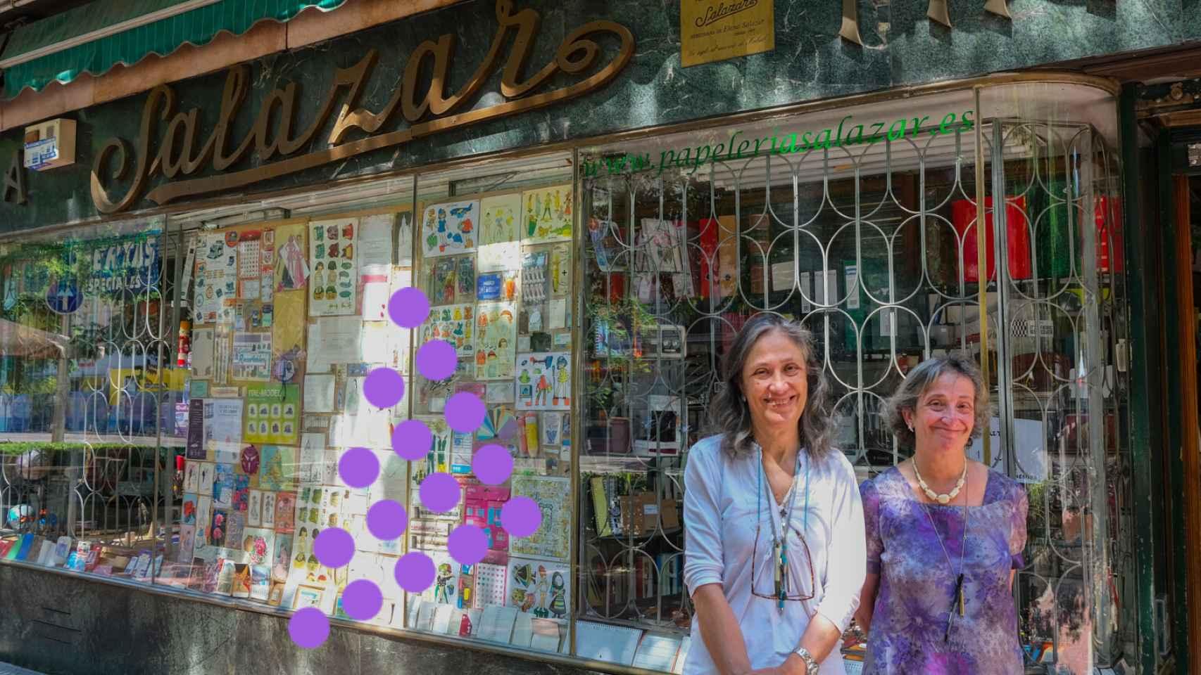 Fernanda y Ana, las dueñas,  delante de la Papelería Salazar.