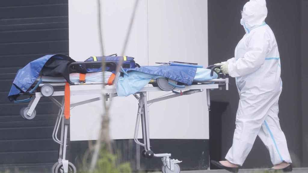 Un trabajador sanitario con una camilla vacía en un hospital de Moscú