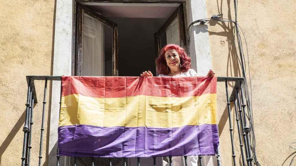 Lidia Falcón en el balcón de su casa, desde donde cuelga una bandera republicana.