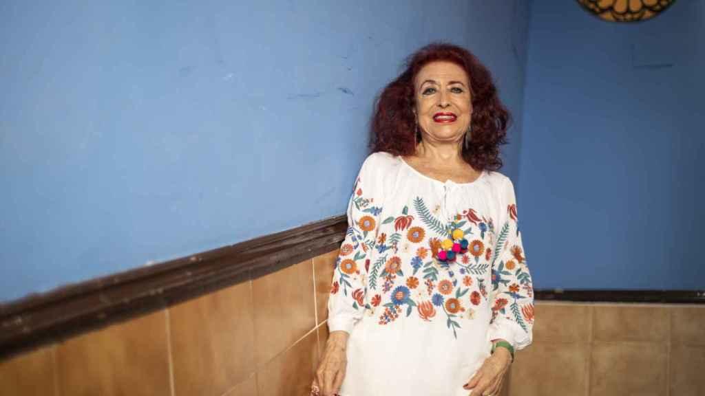 Lidia Falcón, en las escaleras de su bloque.