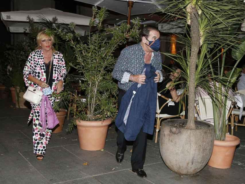 Lydia Lozano y Charly saliendo del restaurante.