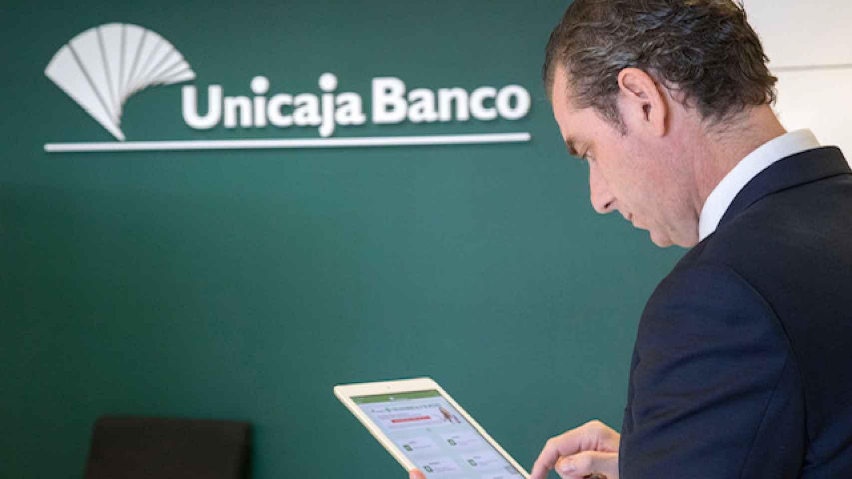 Un usuario en una oficina de Unicaja.
