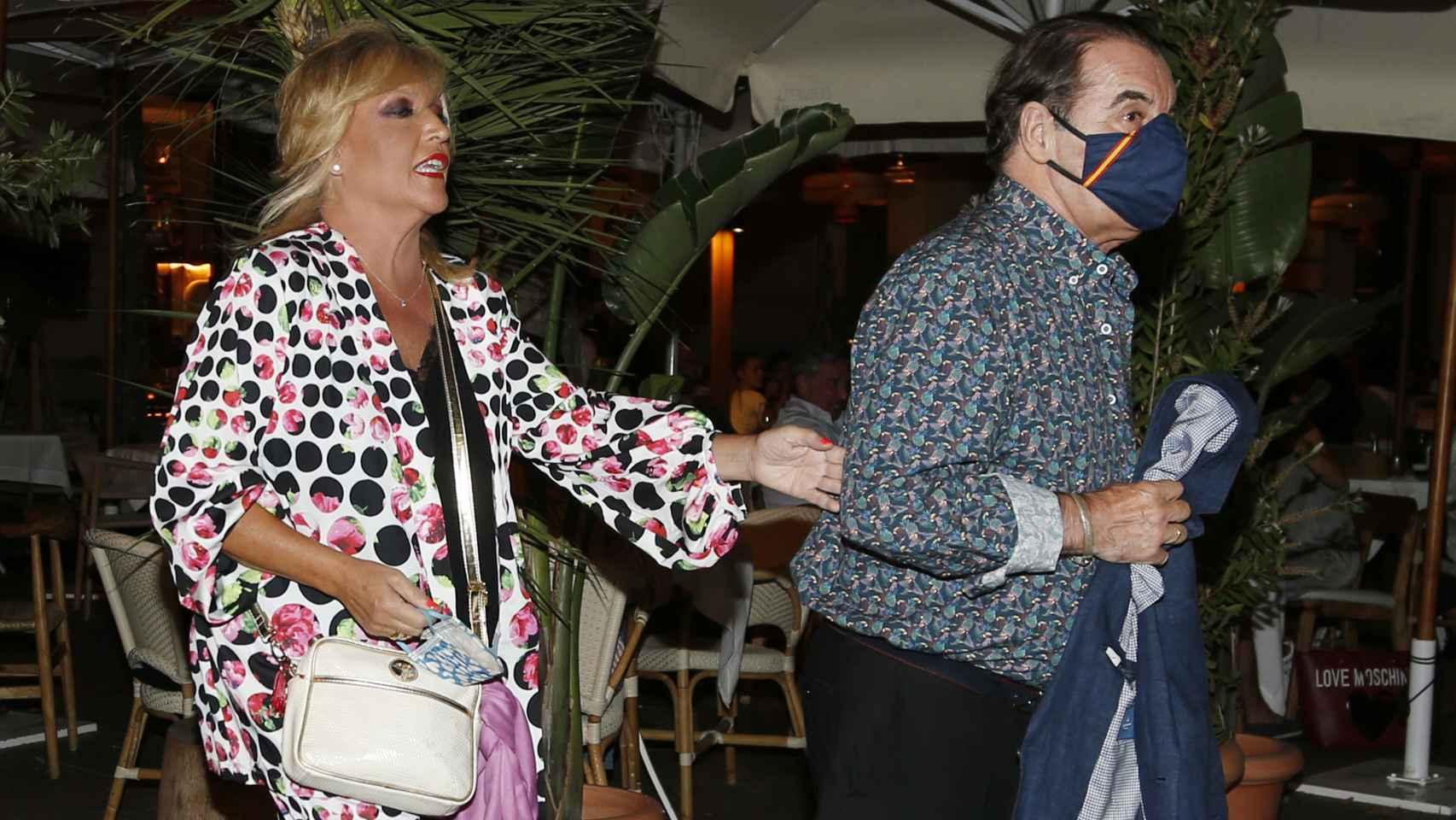 Lydia Lozano junto a su marido Charly tras festejar sus 30 años de relación.