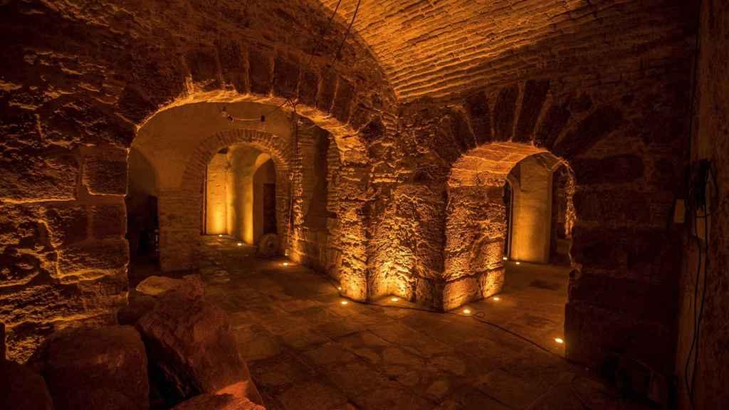 Muro fenicio aparecido durante las obras para recuperar la histórica taberna de la Cueva del Pájaro Azul, un templo subterráneo en la calle San Juan de Cádiz, junto a la Catedral.