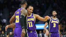 Avery Bradley y LeBron James, con los Lakers