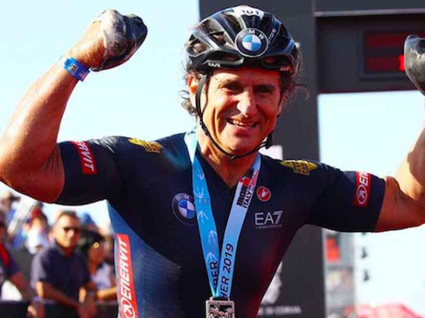 Alex Zanardi celebrando un triunfo