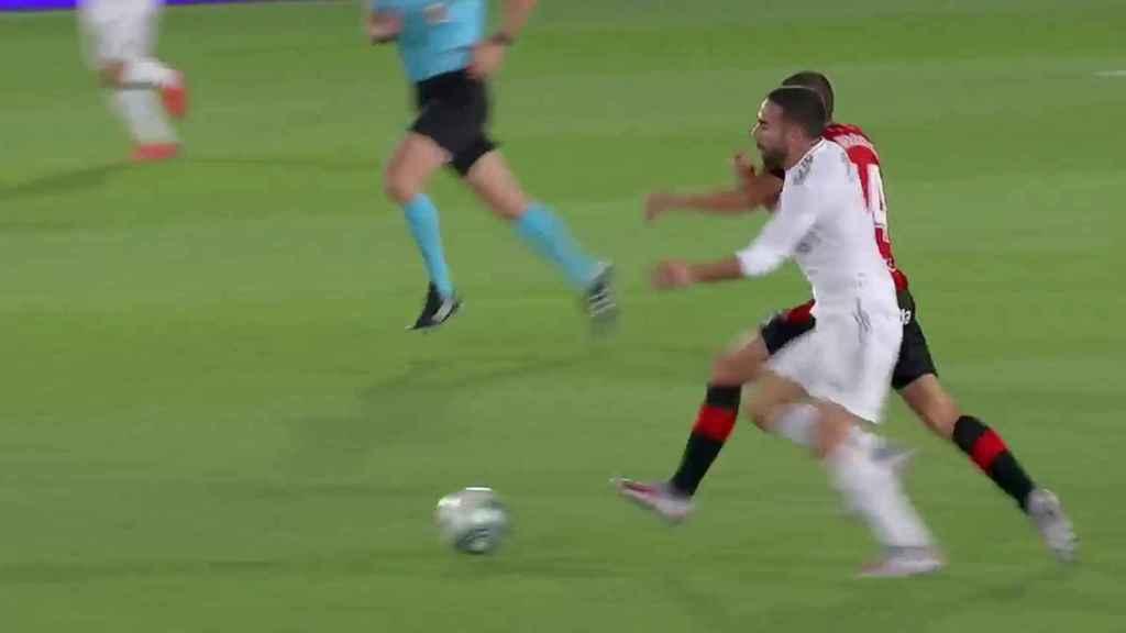 Jugada polémica previa al gol de Vinicius al Mallorca