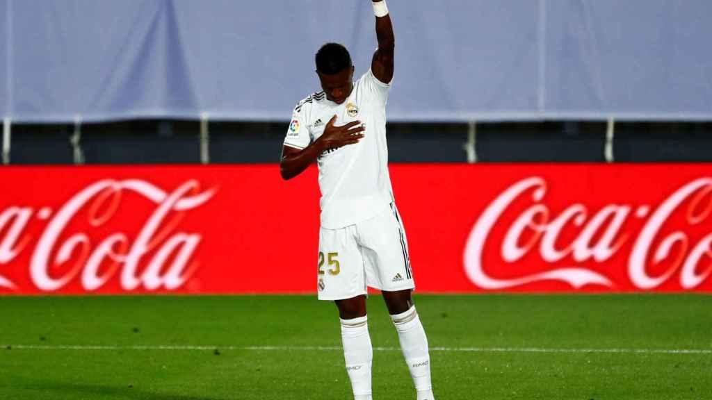 Vinicius celebra su gol al Mallorca levantando el puño a favor de la lucha contra el racismo