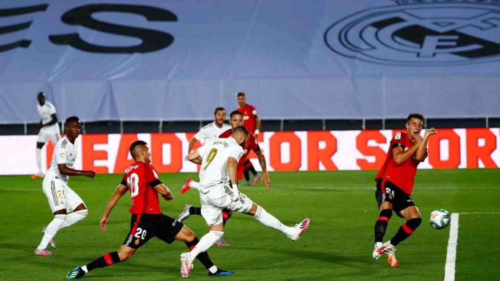 Benzema dispara dentro del área pero se encuentra con la parada de Manolo Reina