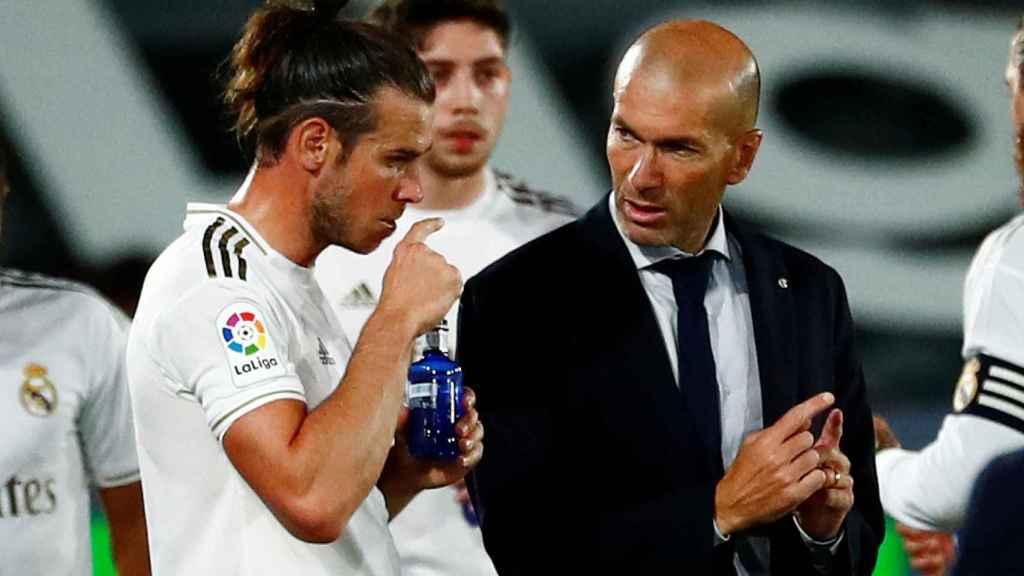 Zidane habla con Gareth Bale durante una pausa para la hidratación