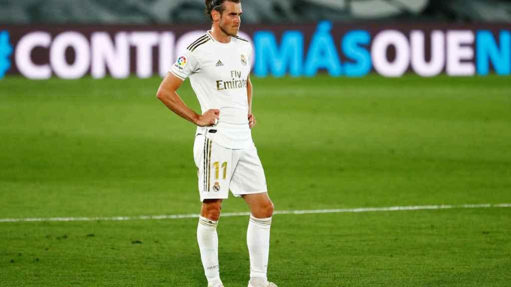 Gareth Bale, parado en mitad del campo