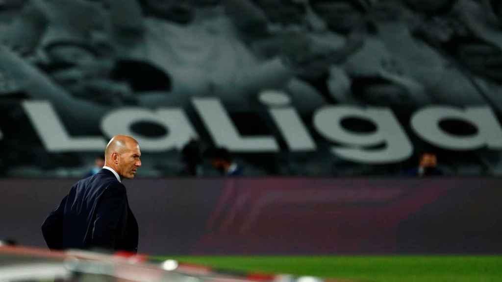 Zidane sigue a sus jugadores desde la banda del Di Stéfano