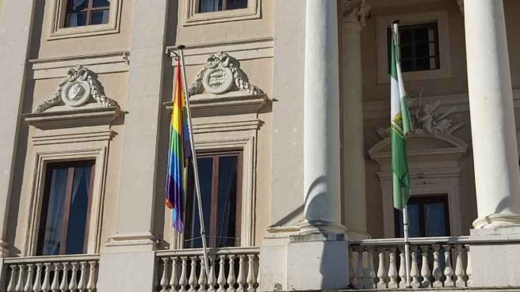 Bandera LGTBI en el Ayuntamiento de Cádiz.